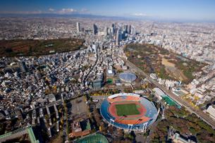 国立競技場と新宿ビル群の写真素材 [FYI03180712]