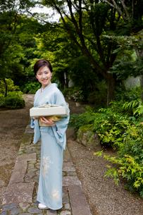風呂敷包みを持つ着物姿の若い女性の写真素材 [FYI03180732]