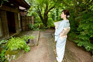 風呂敷包みを持つ着物姿の若い女性の写真素材 [FYI03180742]