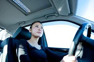 車を運転する若い女性の写真素材 [FYI03180749]