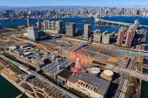 江東区上空より青海駅とレインボーブリッジと東京タワーの写真素材 [FYI03180813]