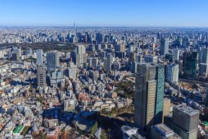 渋谷区上空よりザ.リッツ.カールトン東京とスカイツリーの写真素材 [FYI03180900]