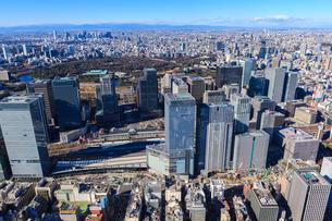 中央区上空より東京駅と丸の内ビル群の写真素材 [FYI03180908]