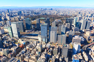 中央区上空より東京駅と丸の内ビル群の写真素材 [FYI03180918]