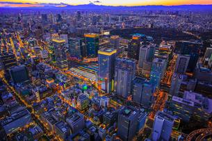 東京駅周辺と東京タワーと富士山の夜景の俯瞰の写真素材 [FYI03180936]