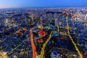 東京タワーとその周辺の夜景の俯瞰の写真素材 [FYI03180943]