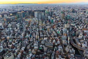日本橋周辺と丸の内ビル群と首都高速都心環状線の夕景の俯瞰の写真素材 [FYI03180955]