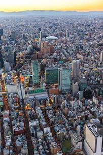 秋葉原周辺と東京ドームの夕景の俯瞰の写真素材 [FYI03180960]