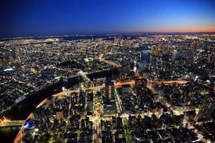 隅田川と日本橋周辺の夜景の俯瞰の写真素材 [FYI03180965]