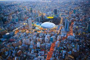 東京ドームとその周辺の夜景の俯瞰の写真素材 [FYI03180969]