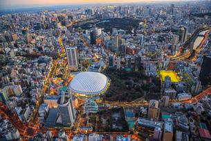 東京ドームとその周辺の夜景の俯瞰の写真素材 [FYI03180971]