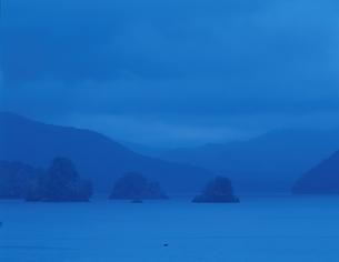 秋元湖の風景青((青) 福島県の写真素材 [FYI03181126]