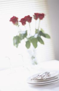 テーブルセットとバラの花の写真素材 [FYI03181500]