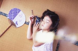 畳の上で昼寝をする女の子の写真素材 [FYI03181733]