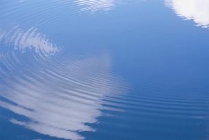 水面に映った空の写真素材 [FYI03181917]
