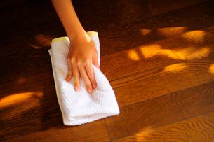 床を乾拭きする子どもの手の写真素材 [FYI03181997]