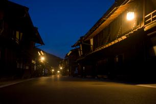 夕暮れの奈良井宿の写真素材 [FYI03182051]