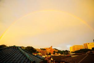 街にかかった虹の写真素材 [FYI03182114]