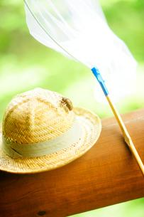 麦藁帽と虫取り網の写真素材 [FYI03182125]