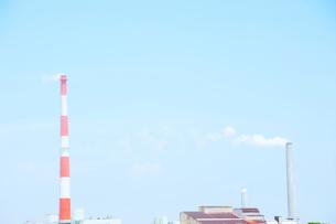 煙突と工場の写真素材 [FYI03182128]