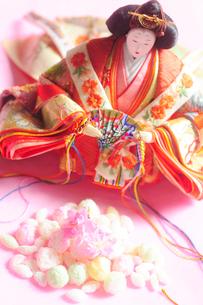 雛あられと桃の花とお雛様の写真素材 [FYI03182270]