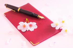 手帳と万年筆と桜の花と花びらの写真素材 [FYI03182308]