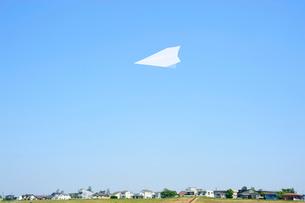 土手と家並みと紙飛行機の写真素材 [FYI03182337]