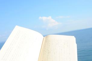 本と海の写真素材 [FYI03182360]