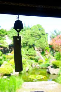 庭と風鈴の写真素材 [FYI03182361]