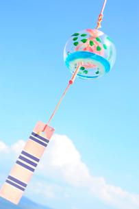 夏雲と風鈴の写真素材 [FYI03182367]