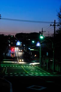 夕暮れの住宅街の街路の写真素材 [FYI03182411]