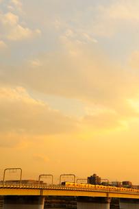 夕日に染まった高架橋と電車と空の写真素材 [FYI03182413]