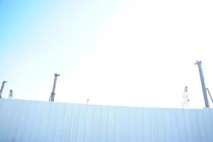 工事現場のフェンスとクレーンの写真素材 [FYI03182414]