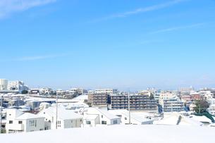 雪の上がった朝の街の写真素材 [FYI03182421]