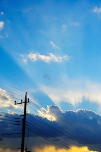 雲と光芒と電柱の写真素材 [FYI03182422]