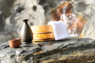 露天風呂と風呂桶と日本酒の写真素材 [FYI03182432]