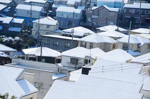 雪の積もった住宅街の写真素材 [FYI03182441]