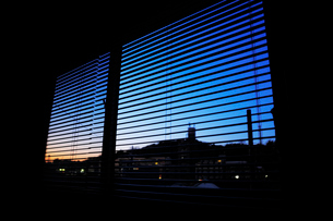 夕暮れの街の見える窓の写真素材 [FYI03182484]