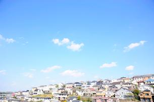 住宅街の街並と空の写真素材 [FYI03182486]