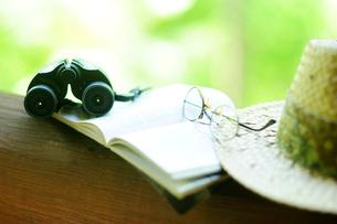 緑陰の本と双眼鏡と眼鏡の写真素材 [FYI03182491]