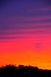 夕焼け空と街の写真素材 [FYI03182499]