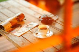 別荘のベランダのテーブルの写真素材 [FYI03182504]