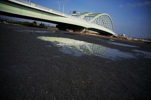 河川敷の水たまりに映った橋の写真素材 [FYI03182529]