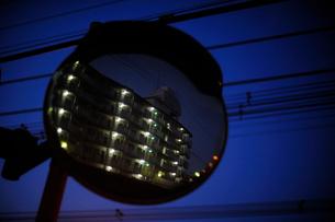夕暮れ時の街頭反射ミラーの写真素材 [FYI03182533]