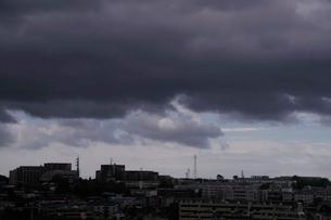 暗雲に覆われた街並の写真素材 [FYI03182537]