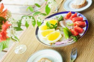 朝食のテーブルの写真素材 [FYI03182547]