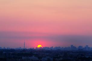 日の出と東京の街並の写真素材 [FYI03182548]
