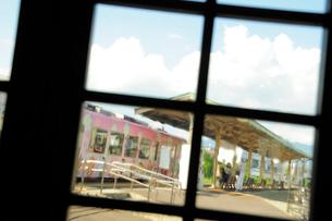 駅舎越しに見た夏のローカル線のホームの写真素材 [FYI03182575]