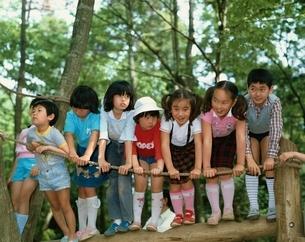 フィールドアスッレチックで遊ぶ日本の子供たちの写真素材 [FYI03182834]