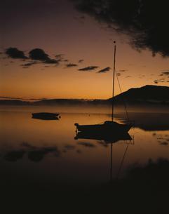 日の出前のフォルゲ湖  フッセン ドイツの写真素材 [FYI03182836]
